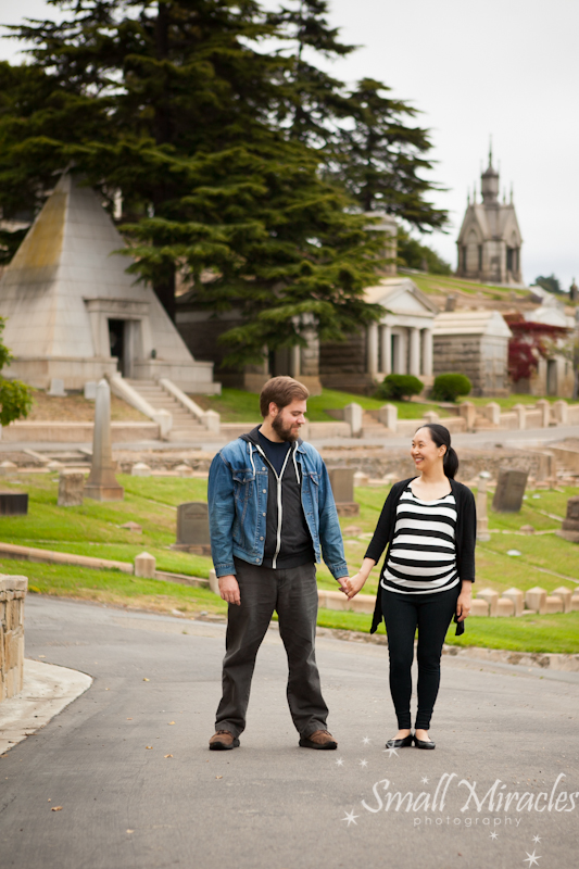 maternity photograph of husband and wife at the Mountain view cemetary